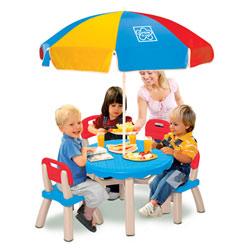Table avec chaises et parasol