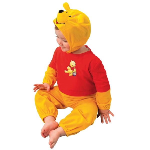 Une panoplie complète pour ressembler des pieds à la tête au plus adorable des oursons : Winnie. Contenu : 1 pantalon, 1 t-shirt à manches longues (avec motif winnie l´ourson) et une cagoule. Livré dans une housse avec cintre. Pour enfants de 92 à 104 cm.