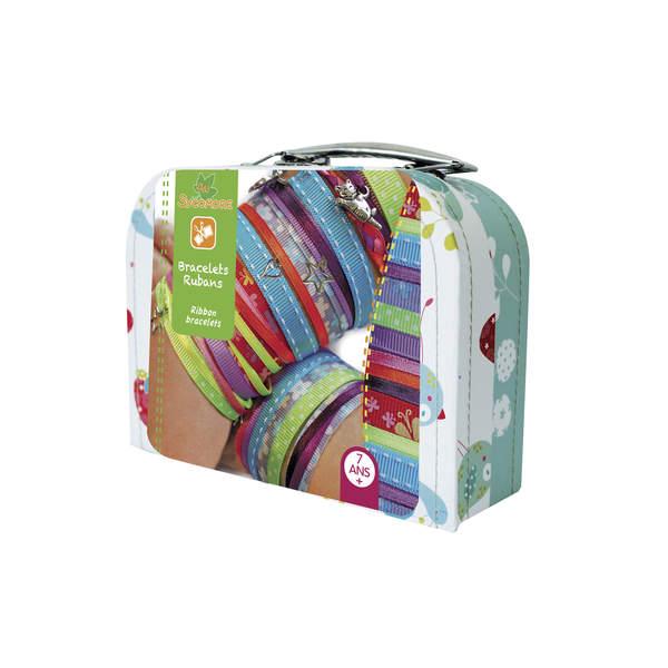 Une jolie valisette comprenant tout le nécessaire pour réaliser des bracelets rubans pour sa famille, ses amis... Contenu : - 10 rubans de couleurs assorties de 90 cm - 6 fermetures et 2 anneaux 14 mm en argent (sans nickel / plomb) - 2 m de fil nylon - 6
