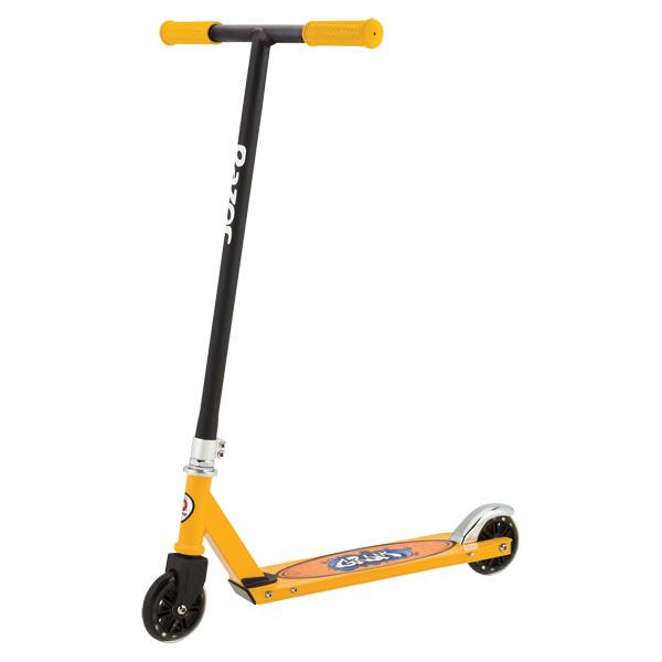 La trottinette Grom de Razor est super tendance ! Coloris : jaune et noir. Elle possède un deck en aluminium de qualité ainsi qu´un guidon en acier (guidon T-bar ou Riser). Son design est pro avec un guidon non pliable. Les roues en uréthane sont équipées