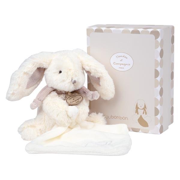 Cet adorable petit lapin bonbon de 18 cm, accompagné de son doudou tout doux accroché à lui, est le cadeau idéal pour bébé. Tout blanc avec des touches de couleur taupe il apportera douceur et réconfort à votre enfant. Sa petite taille, ses longues oreill