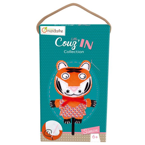 Simon le tigre fait partie de la Collection Little Couz´in. Matières, couleurs et designs... Les enfants découvrent ou redécouvrent le plaisir de coudre grâce à ce coffret d´initiation et développent leur dextérité tout en s´amusant. Un kit créatif comple