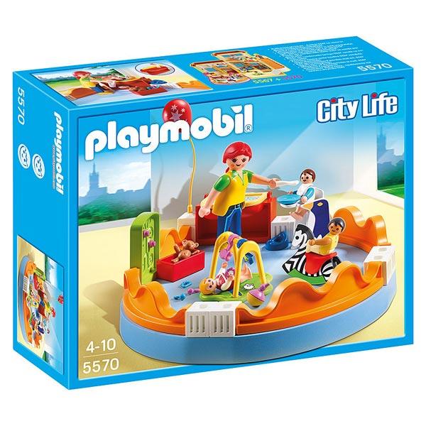 Reconstituer une véritable crèche avec jouets et personnel, c´est possible avec le kit Playmobil 5570. Véritable ode au concept de crèches familiales, ce jouet surprend par le détail de ses composants et par cet aspect féerique rendu à la maquette une foi