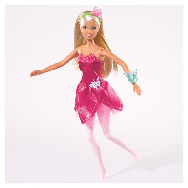 Lolly est vêtue de sa tenue de fée. Avec ses ailes et sa belle robe rose, elle est la plus belle.
