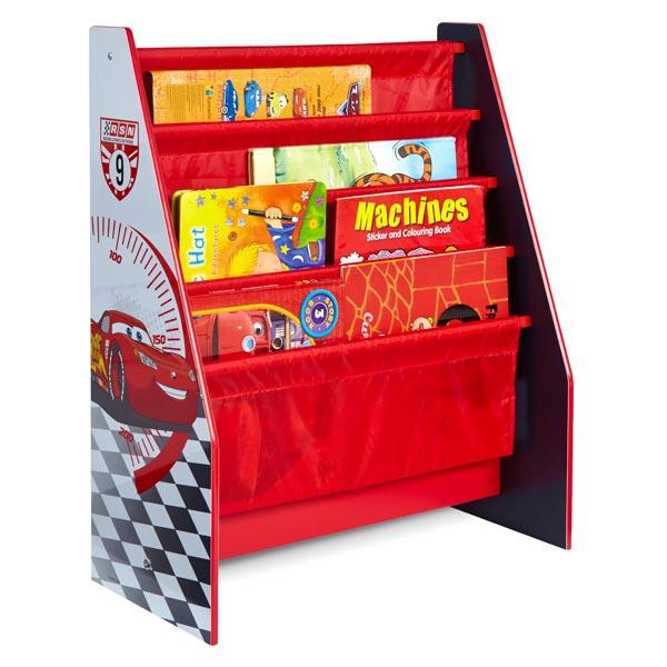 Cette bibliothèque belle est pratique à l´éffigie de Cars trouvera facilement une place dans la chambre de votre enfant. Les compartiments en tissu peuvent accueillir des livres de toutes tailles et formes. Structure robuste en MDF avec tiroirs en tissu.