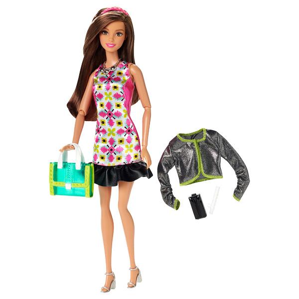 Place à la mode. Terriblement tendance avec son grand sac shopping, cette fashionistas en jupe cultive les imprimés colorés avec goût du fushia à l´indigo au vert fluo. En veste courte et cintrée, elle emporte avec elle son grand cabas shopping pour parco