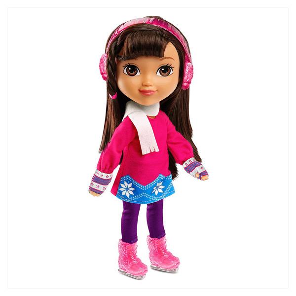 Dora adore pratiquer une activité sportive. Dora aime la neige, patin à glace ou snowboard. Elle possède tous les équipements pour glisser sur la glace ou la poudreuse, cache-oreille, casque, paire de lunettes, écharpe et paire de gants et même une tasse
