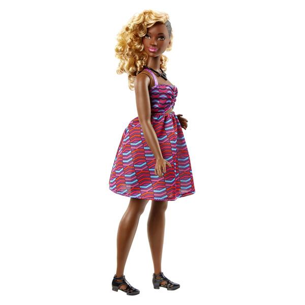 Barbie, la célèbre poupée mannequin, et ses amies sont glamour de la tête aux pieds. Cette poupée Barbie Fashionistas porte une robe rayée et a de beaux cheveux bouclés. Référence principale : 204150.