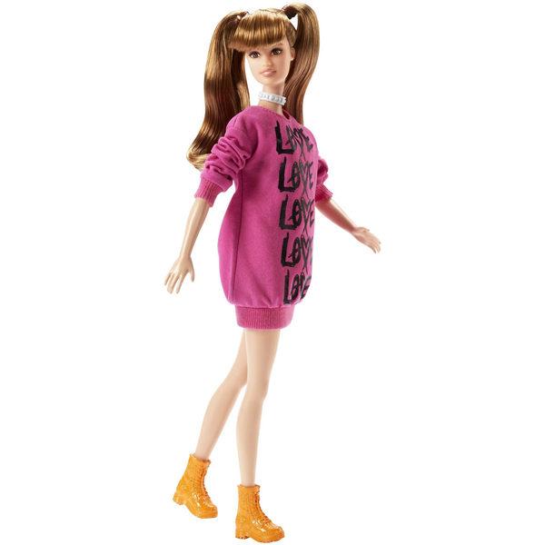 Barbie, la célèbre poupée mannequin , et ses amies sont glamour de la tête aux pieds. Inspirées des épisodes de Barbie ´s Life in the Dreamhouse elles sont plus fashion que jamais. Elle affiche un style soigné avec son pull rose, son collier et ses couett