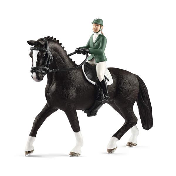 Cavalière de saut d'obstacles avec cheval