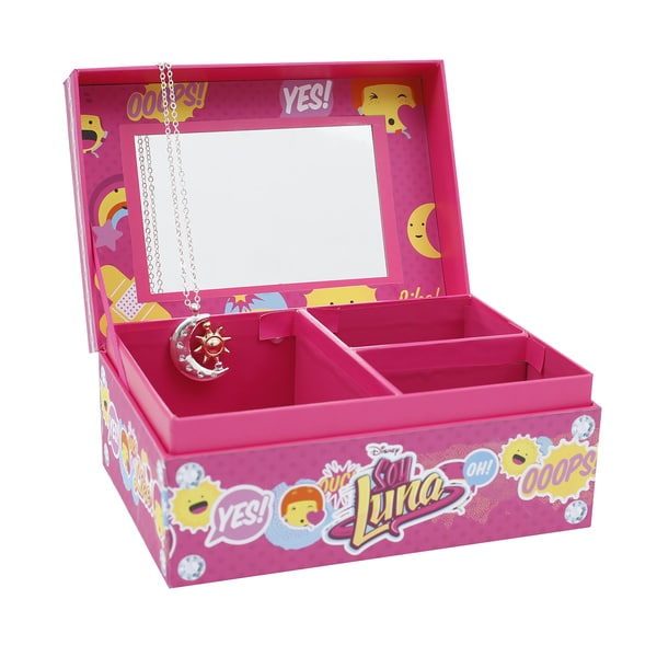 Avec la boîte à bijoux Soy Luna , votre petite fille va pouvoir se parer de la plus jolie et la plus raffinée des manières. Cette boite à bijoux aux couleurs de la célèbre série contient en effet un collier et un pendentif Luna pour que votre petite fille