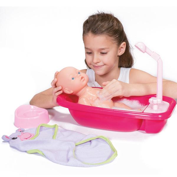 Poupon avec baignoire et accessoires de bain
